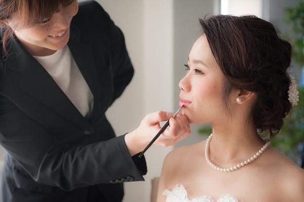 ヘアメイク中の花嫁さま写真