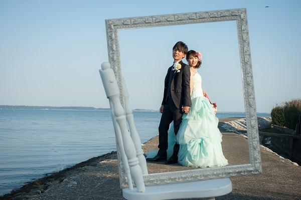 カラードレスで片流しヘアスタイルの花嫁さま