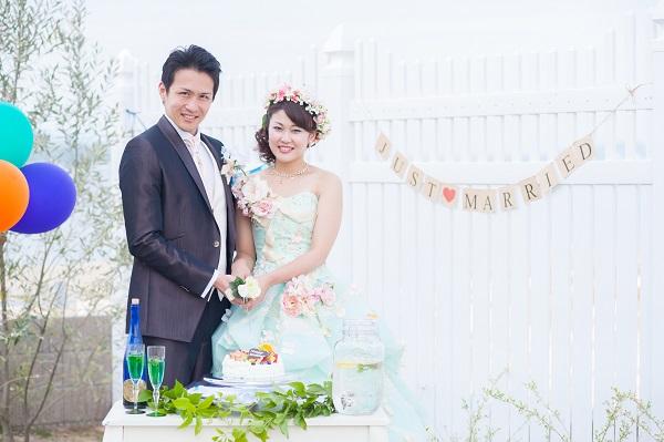 カラードレスに花かんむりをつけたお嫁さま