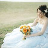 カラードレスにポニーテールの花嫁さま