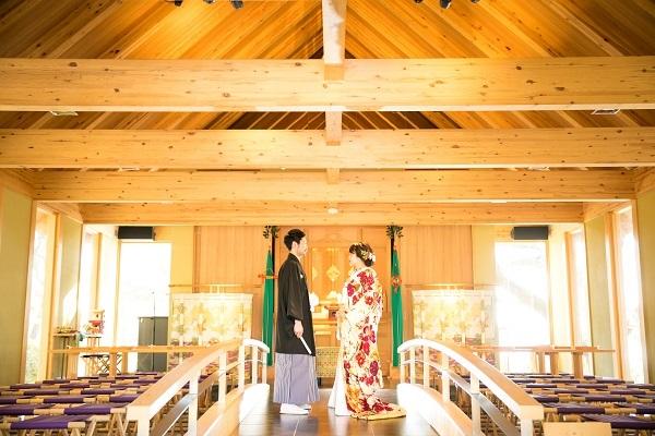 色打掛姿で神前結婚式会場に立たれる新郎新婦さま